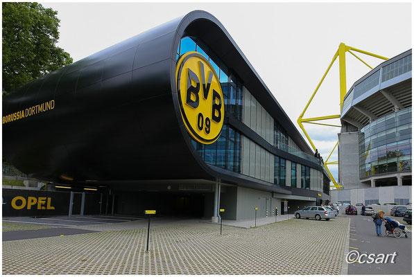 Endlich angekommen..Parkplatz der BVB Fan Welt