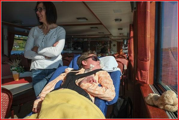 Alle Mann an Bord, die Sonne lacht. ( Und Papa ist seine neue Sonnenbrille los)