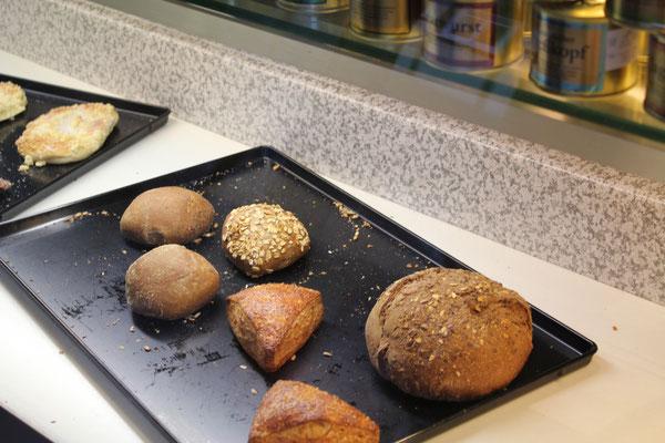 Die Bäckerei Krug aus Eisenbach liefert Brot, Brötchen und Kuchen. Weine kommen von den Odenwälder  Winzern aus Groß-Umstadt