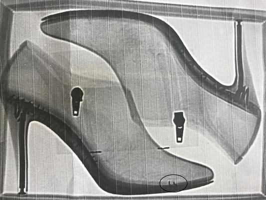 靴用X線異物検査装置による検品により、小さな金属類の混入を発見します。