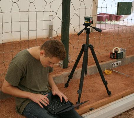Praktikant Nils bei der Oberflächenmessung.