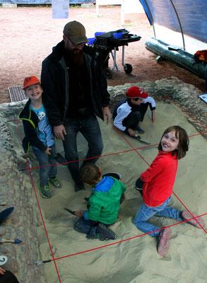 Grabungsnachwuchs übt am Tag des Geotops