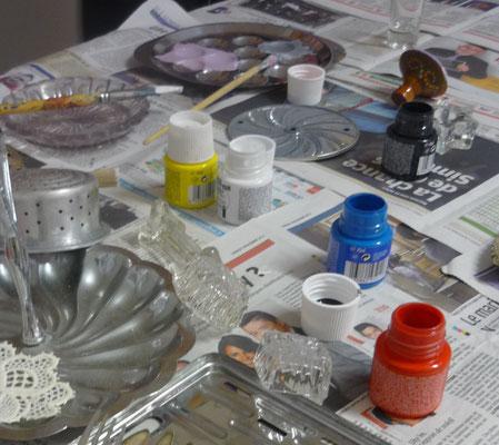 Objets pour réaliser des empreintes et couleurs primaires textiles.