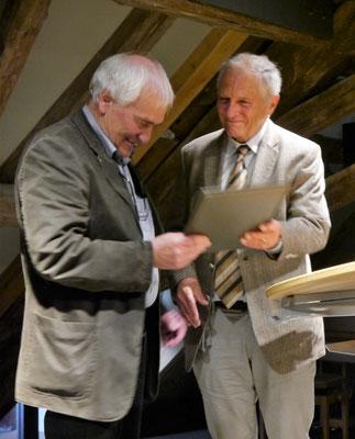 ... gratuliert dem Preisträger und überreicht die Urkunde