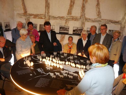 Frau Müller-Schnepper bei der Führung durchs vineum bodensee Museum