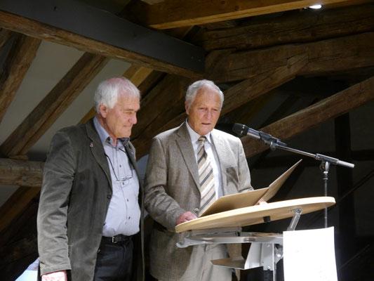 Vorsitzender, Prof. Dr. Thomas Zotz (rechts), verliest die Preisurkunde für Johannes Angele (links)