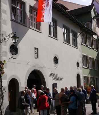 Mitglieder der Gesellschaft Oberschwaben finden sich vor dem Museum ein