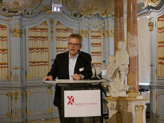 Dr. Jürgen Kniep (Leiter des Kreiskultur- u. Archivamts Biberach) bei der Begrüßung