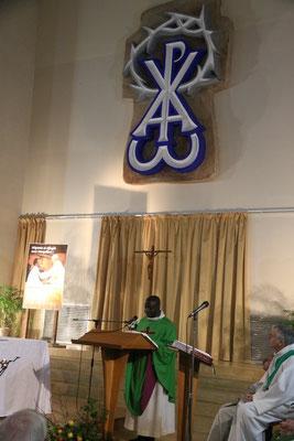 L'homélie était prononcée par le P. Emmanuel, prêtre coopérateur de la paroisse Ste Thérèse