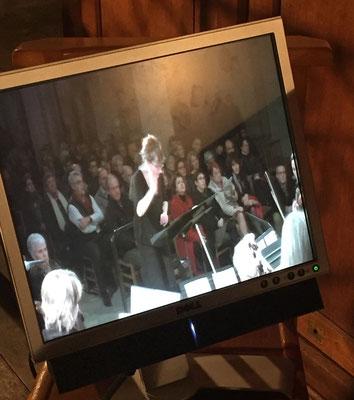 ... pour jeter un coup d'oeil sur Anne-Marie Hue, chef d'orchestre, qui apparaît sur l'écran de télévision