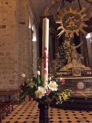 Belle décoration du cierge pascal...