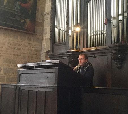 A l'orgue P. Stéphane.