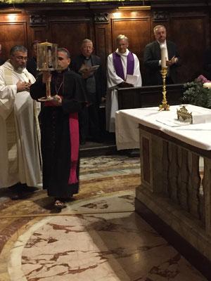 Les reliques sont apportées par Mgr Lebrun