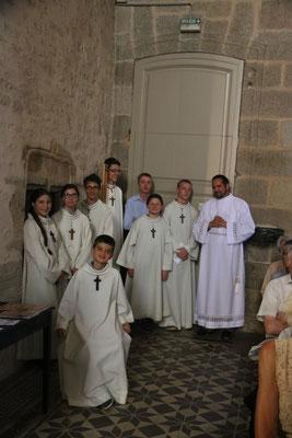 Les servants d'autel, autour de Pierrick séminariste, attendent leur tour dans le transept nord
