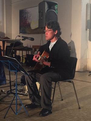 ... avec le chanteur japonais retiré dans le Perche Akita Wanasaki qui a interprété un de ses chants en mémoire du tsunami de 2011 (18.000 victimes)