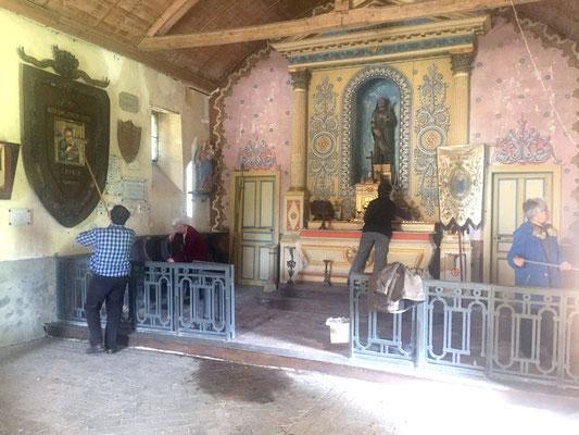 L'équipe de bénévoles procède au grand nettoyage de la chapelle St Gilles