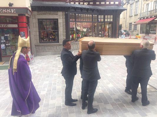 Mgr Pierre Antoine Bozo, qui présidait  la célébration, accompagne la défunte vers le fourgon funéraire