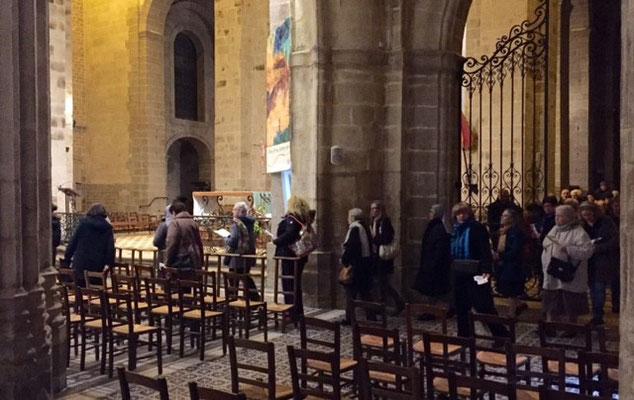 Pendant l'itinéraire spirituel pour l'année de la miséricorde, les personnes présentes se rendent de la chapelle St Joseph vers le choeur