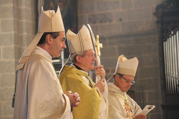 Pas moins de trois évêques étaient présent à la cérémonie : Mgr Habert, évêque de notre diocèse, Mgr Benoit-Gonnin, évêque de Beauvais et Mgr Louis, évêque émérite de Châlons en Champagne en résidence à Alençon