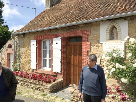 Mgr Louis devant la maison de Rose Taillé à Semallé