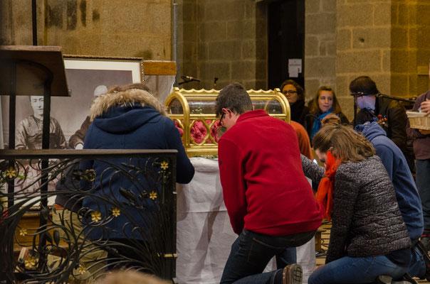 les enfants, à leur tour, viennent vénérer les reliques du saint couple