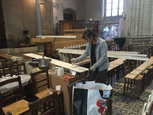 peinture des plaques de bois qui cacheront la grosse poutre de support de l'orgue.
