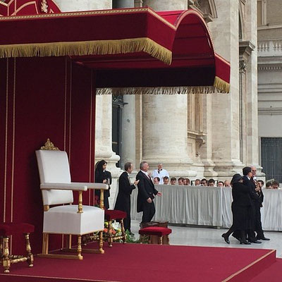 le fauteuil du pape encore vide