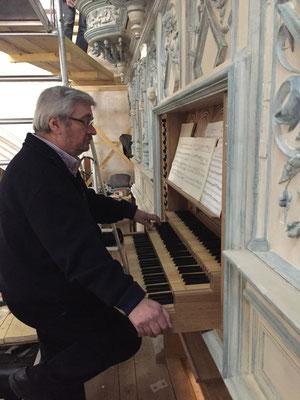 Thierry Semenoux, maître d'oeuvre du chantier de l'orgue, au clavier pour les toutes premières notes de l'orgue.