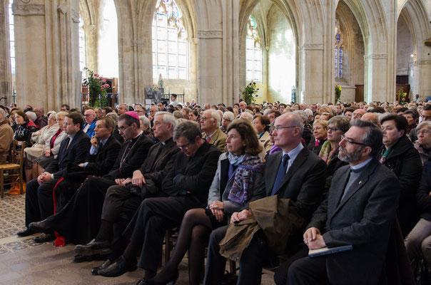 ... devant les personnalités religieuses et civiles, parmi lesquelles M. Pueyo, député-maire d'Alençon, Mgr Maurice de Germiny, Mme David, préfète de l'Orne, le Père Thierry Henault-Morel...