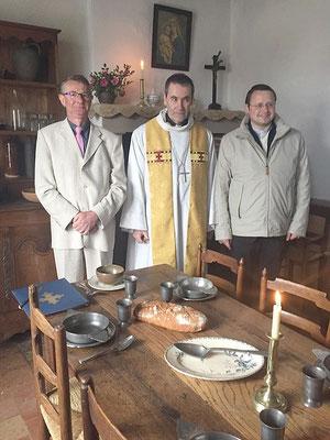 Mgr Habert est entouré de Jean-Patrick Leroux, le maire de Semallé, qui a beaucoup oeuvré à la restauration de la maison, et du P. Simar