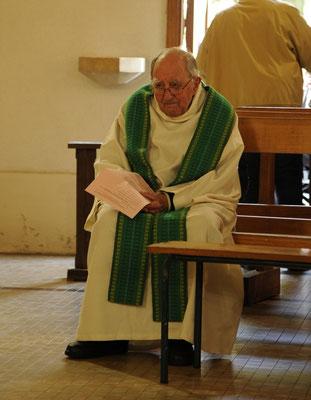 Le P. Charles Marchand attend sagement le début de la messe