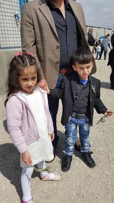 Les jumeaux : Anila et Emmanuel devant leur papa : Abdullah