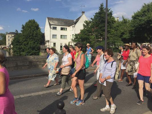 Avec la traditionnelle marche des époux d'un côté (Butte Chaumont - Alençon) ; et des épouses (Maison Rose Taillé à Semallé - Alençon). Rencontre sur le « Pont de la Rencontre » et crème solaire de rigueur.