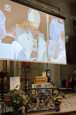 Le pape François lit le décret de canonisation.