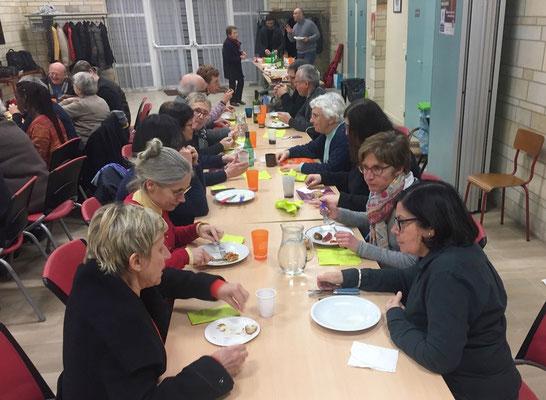 1ère photo : Elisabeth Gaulard et Albane Landrot en conversation avec Brigitte Rivière (conseillère régionale de la paroisse protestant) et Anne-Clarisse Obermeyer (responsable des activités des jeunes)
