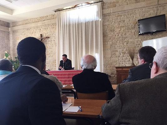 Mgr Habert donne les nouvelles du diocèse. Au premier plan, le P. Van-Marie, de la même communauté que le P. JM Simar. Au deuxième plan le crâne dégarni est celui du P. Claude Boitard