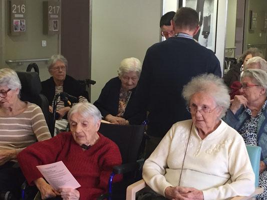 On distingue Mme Cormier, 101 ans cette année et fidèle sacristine à Notre Dame pendant… des dizaines d'années.