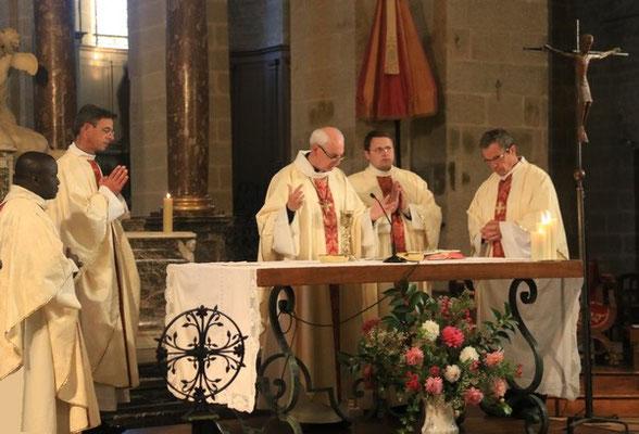 Sous la présidence de Mgr Le Boulc'h, l'eucharistie était concélébrée par les PP. Haba, Bozo, vicaire général représentant Mgr Habert, Simar, recteur du Sanctuaire et Gicquel des Touches, curé de la paroisse