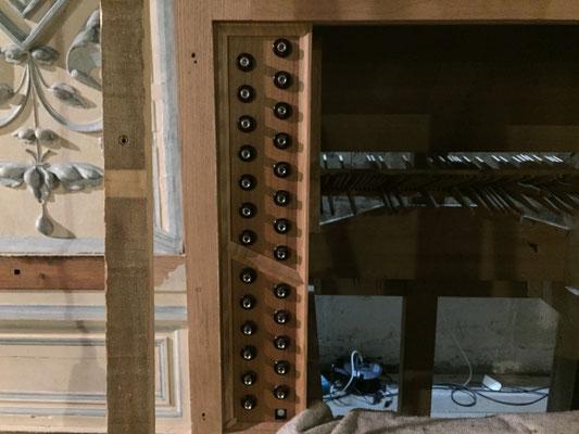 on commence à deviner la console de jeu. L'organiste jouera donc dos à l'assemblée, contrairement au précédent orgue.