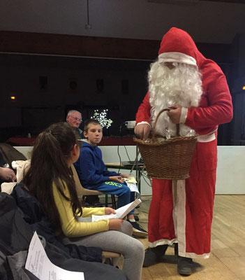 Francis a fait le « Père Noël » pour le plus grand bonheur des enfants