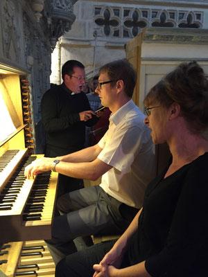 Au grand orgue, Thibaut Bitschené, au chant, Anne-Marie Hue et Stéphane Cailliaux