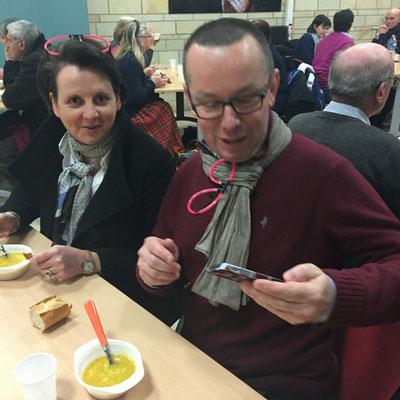 """Marc et Laurence Horeau, responsables d'un groupe """"dîner-débat"""" de jeunes lycéens qui servaient la soupe"""