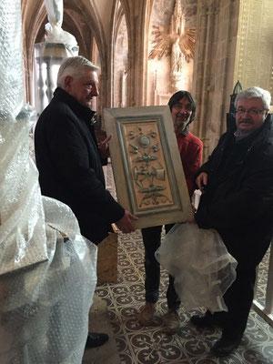 Dominique Artois, adjoint au maire, Jean Daldosso et Thierry Semenoux présentent l'un des éléments de la tribune