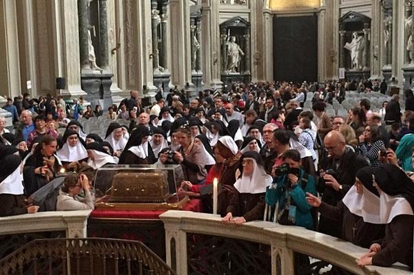 Après la messe, vénération des reliques