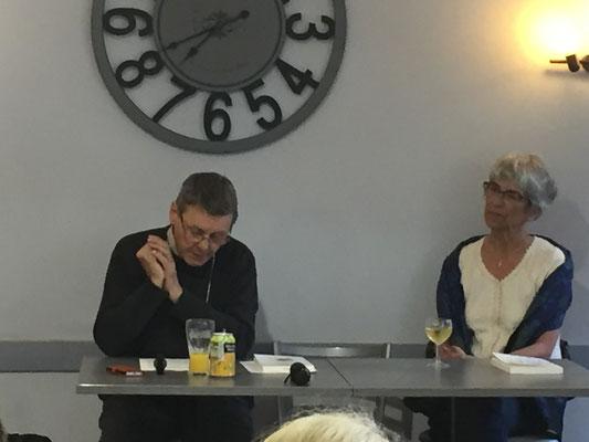 Mgr Louis et Servanne Desmoulins-Hémery, l'une des animatrices du café théo