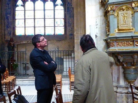 ... attentivement écouté par Mgr Eric de Moulins Beaufort