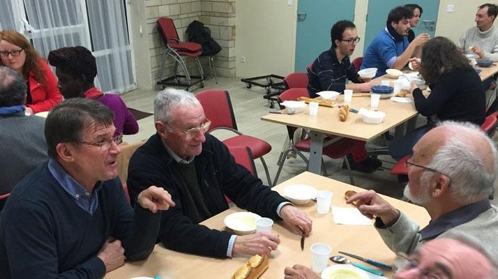 on reconnait PP. Bernard Barré et René Louvel, en grande discussion avec M. Pioline, du comité de Flers
