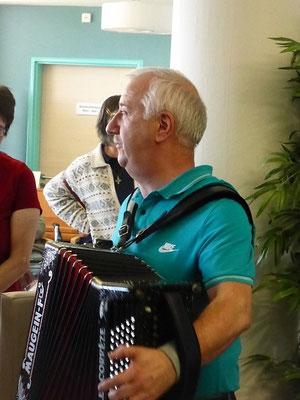 accompagnés par Michel à l'accordéon