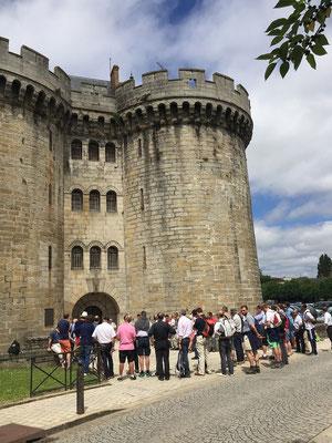 Les épouses sont en retard (!!), on fait une pause au pied du château des Ducs
