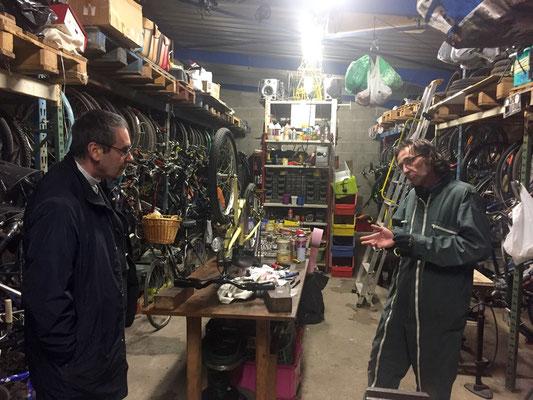 Mgr Habert en discussion avec Gilbert qui « retape » les vélos depuis 27 ans !!
